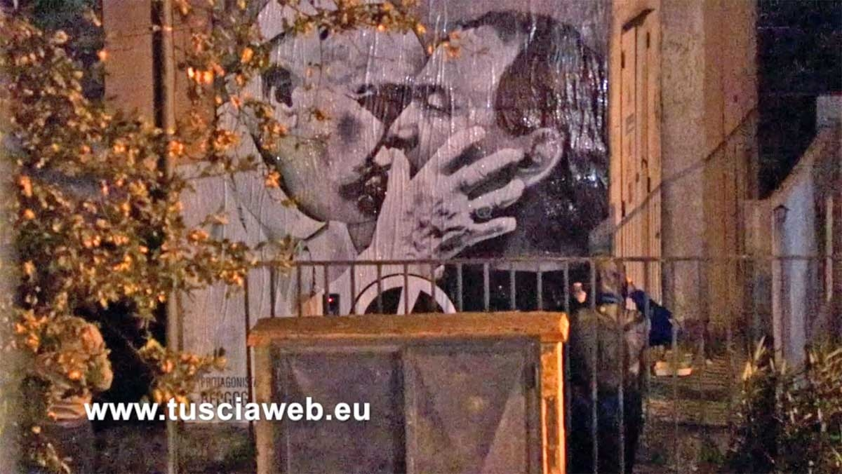Ecco come di notte imbrattano la citt con i manifesti for Caldaia riello residence in blocco