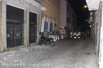 Viterbo - Calcinacci giù dal cinema Metropolitan