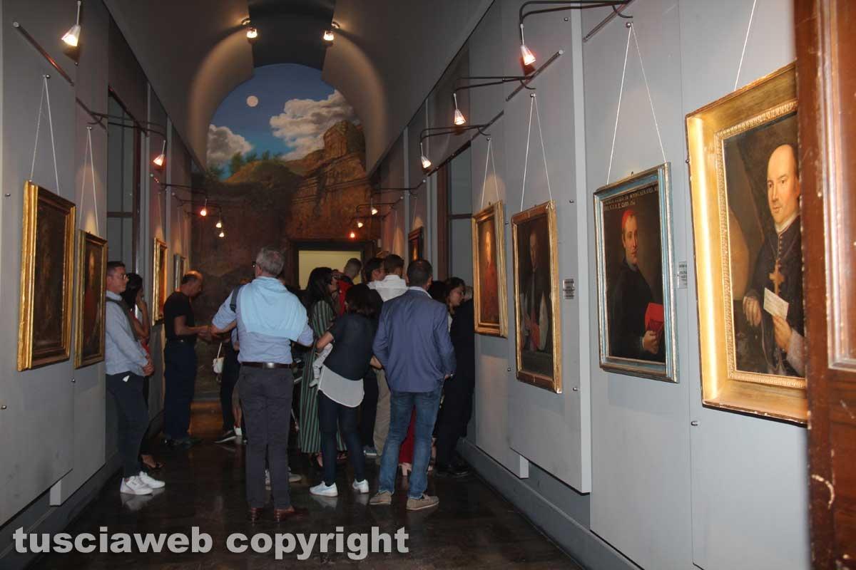 Santa Rosa - Gli ospiti affollano la galleria della pinacoteca del Comune
