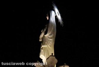Gloria - Santa Rosa svetta in cima alla Macchina con la nuova aureola