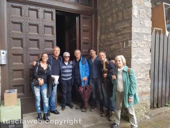 Frate Agostino Mallucci con un gruppo di partecipanti