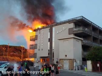 Albergo in fiamme a Montalto - Foto Federico Bruzziches