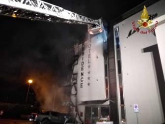Albergo in fiamme a Montalto - I vigili del fuoco in azione