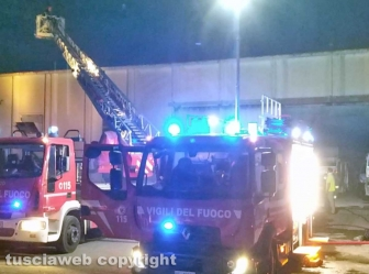 Montefiascone - In fiamme capannone per la rimessa dei mezzi di Viterbo ambiente