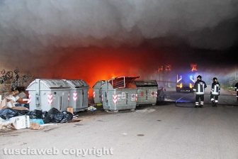 Incendio di rifiuti in strada Castiglione
