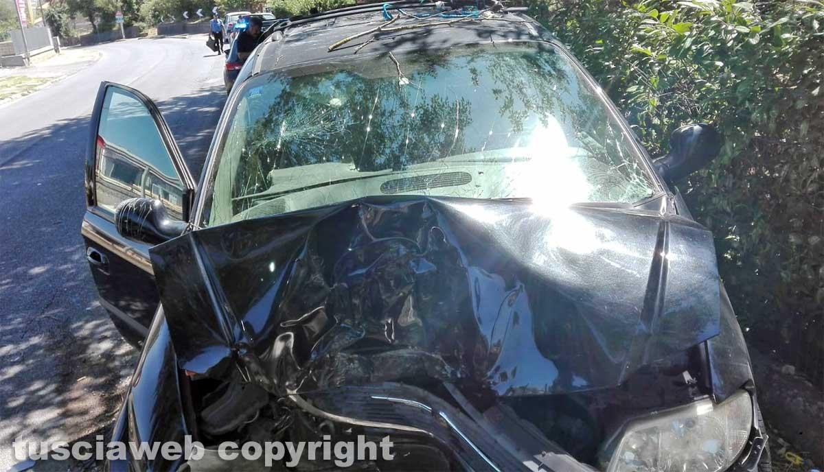 Montefiascone - Auto contro un albero