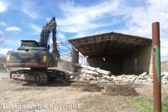 Farnese - Al via la demolizione del capannone abusivo a Poggio del Cerro