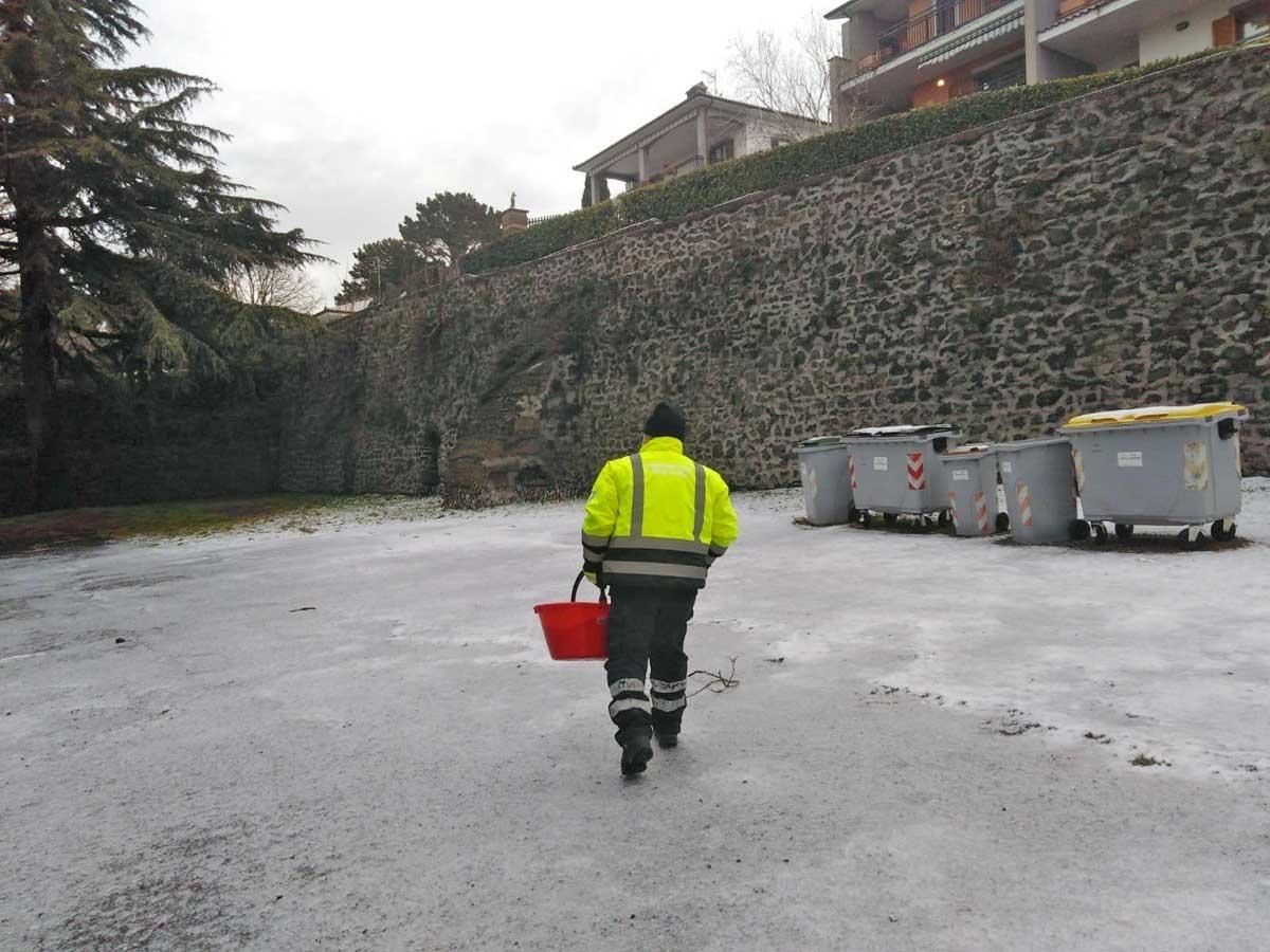 San Martino al Cimino - Protezione civile al lavoro per spargere il sale