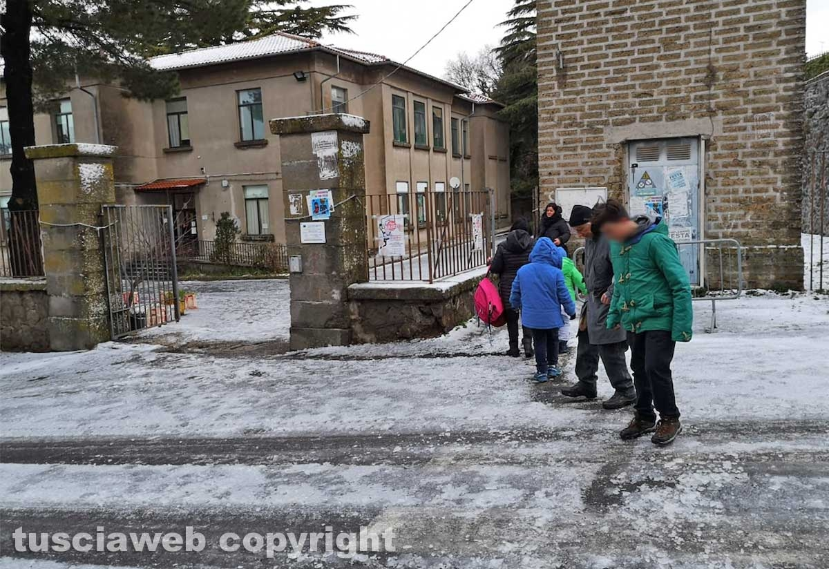 San Martino - Neve e ghiaccio fuori dalla scuola