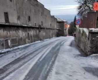 Una strada ghiacciata a San Martino al Cimino