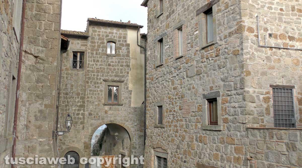 Il borgo attorno alla torre dell'orologio