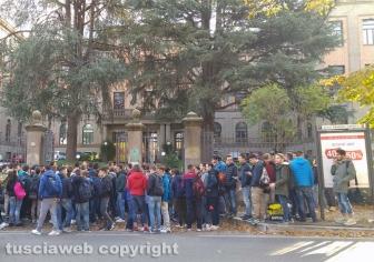 Viterbo - La manifestazione degli studenti davanti al Savi