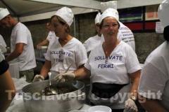 Facchini e volontarie ai fornelli