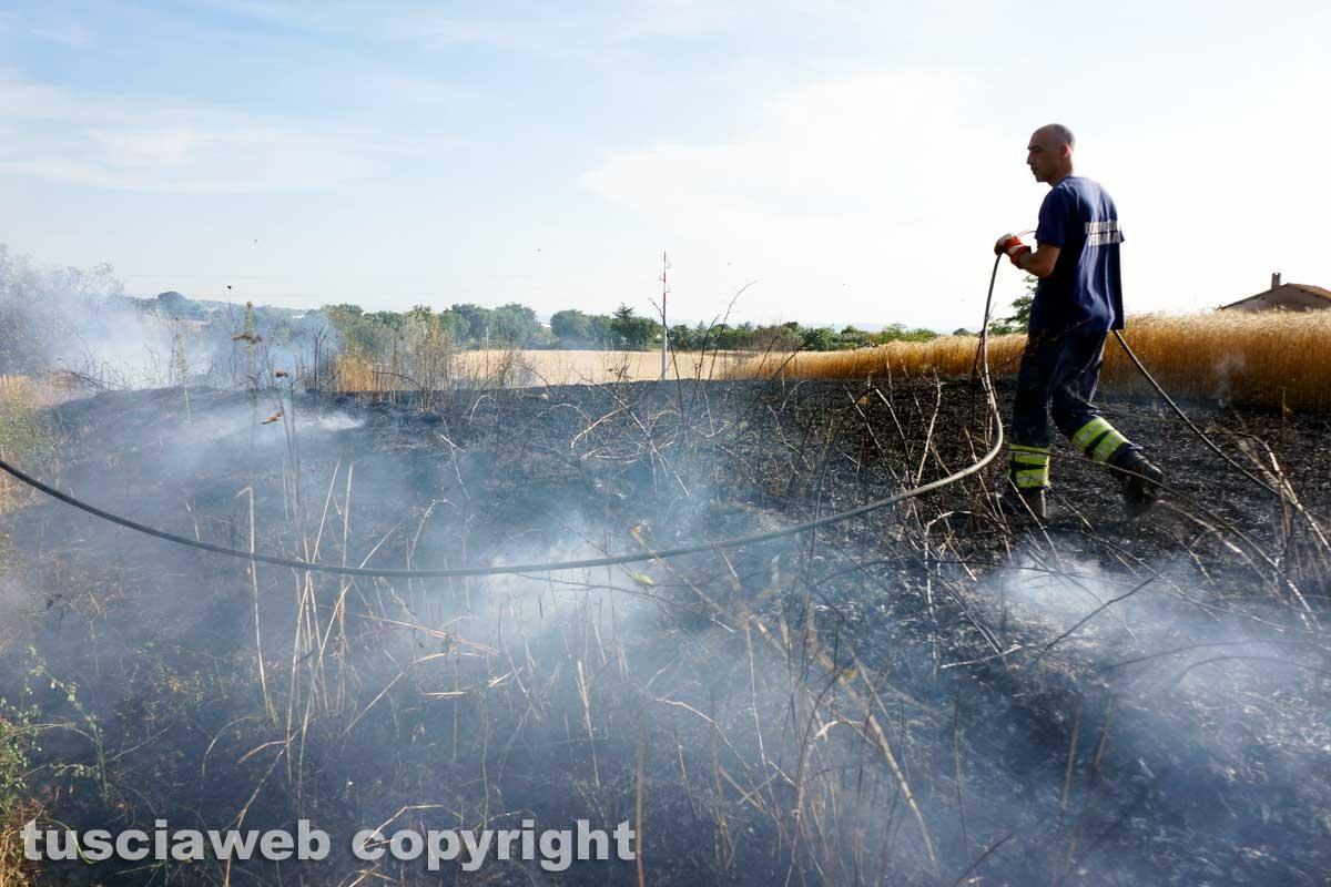 Le fiamme investono strada Signorino
