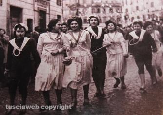 """Carnevale di Ronciglione – La mascherata """"Il pesce"""" del 1954 – A sinistra: Pierina De Angelis"""