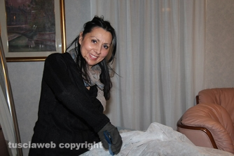 Carnevale di Ronciglione - Elisabetta Mecucci, la figlia di Pierina, alle prese con i preparativi
