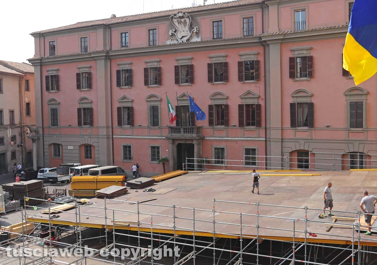Viterbo - L'allestimento della platea di sedie a piazza del Comune