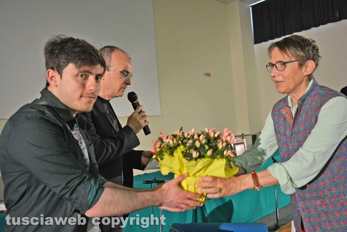 Viterbo - Uno studente dell'istituto tecnico regala un mazzo di fiori a Susanna Tamaro