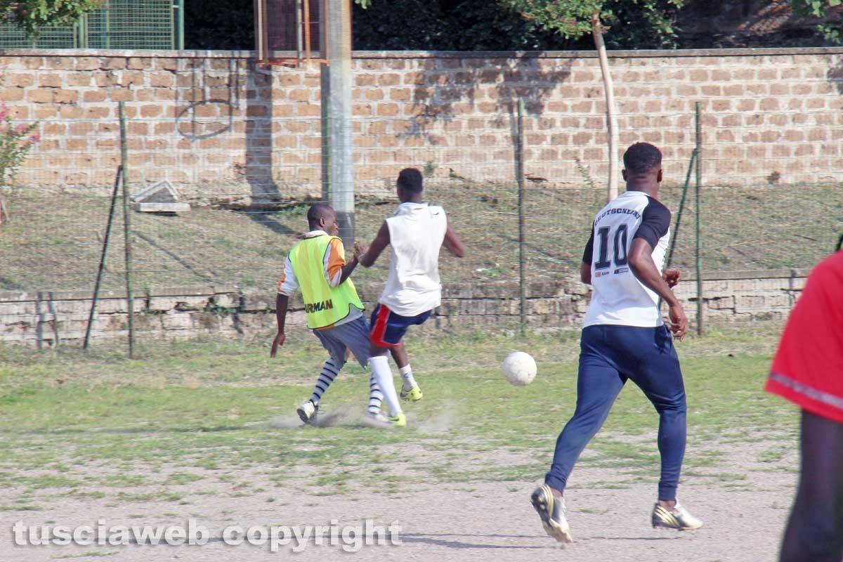 Viterbo – I richiedenti asilo del Cas Tre Fontane giocano a calcio sul campo dell'oratorio della Verità