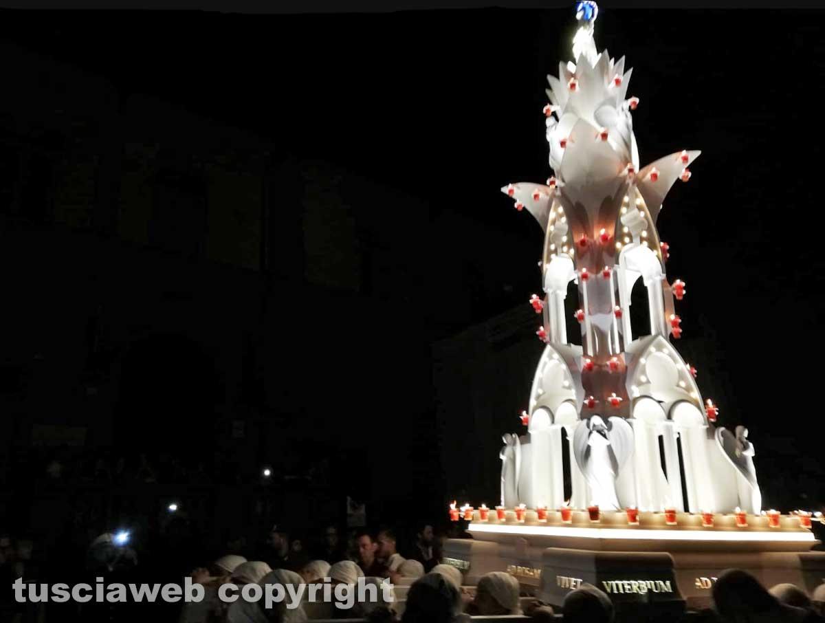 Santa Rosa - La minimacchina del centro storico Luce di Rosa incanta i viterbesi