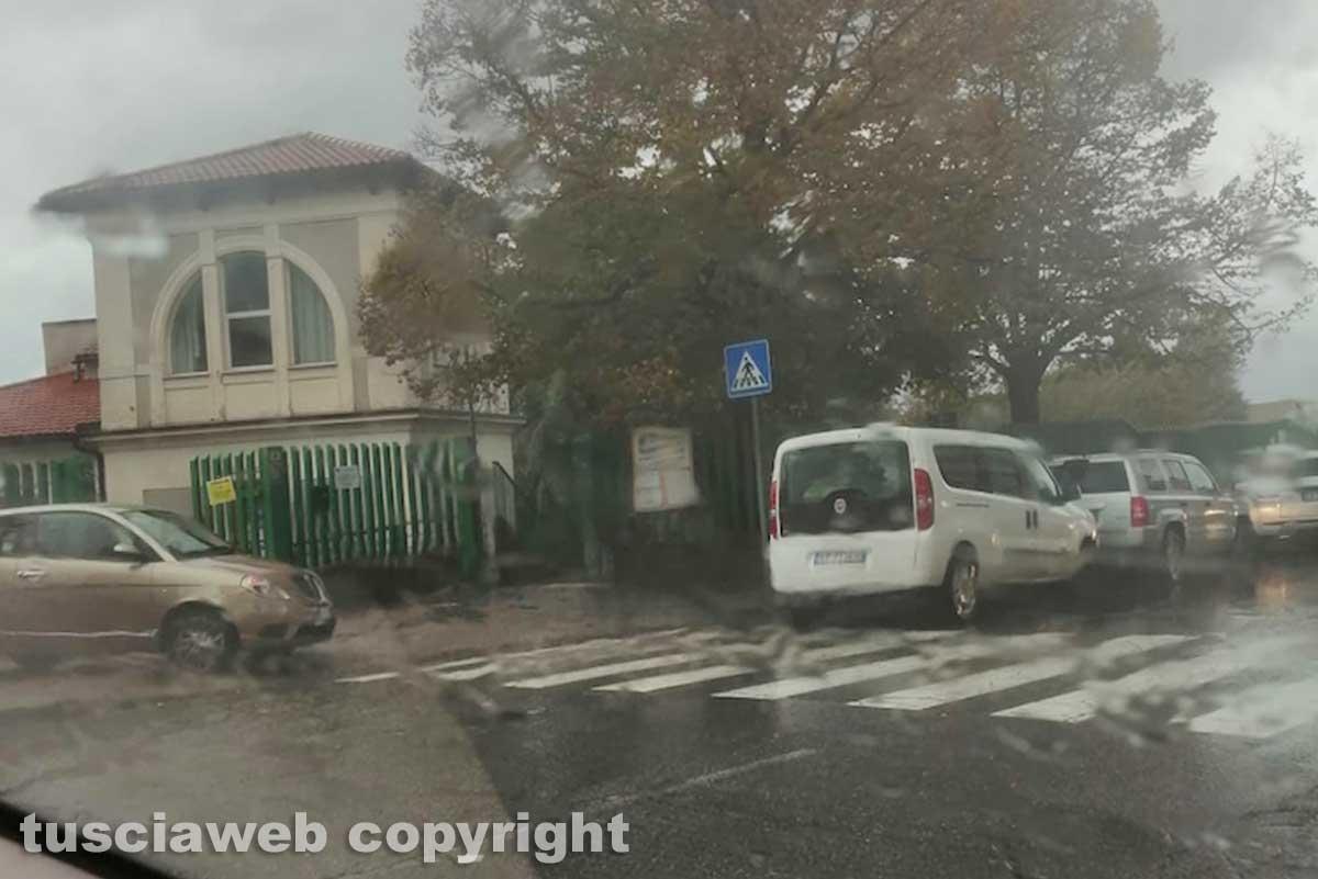 Viterbo - Sista selvaggia davanti alla scuola in via Carlo Cattaneo