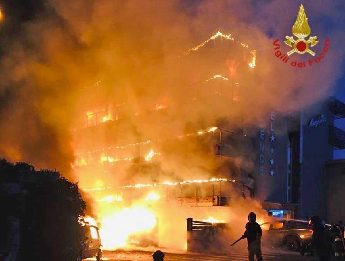Montalto di Castro - L'hotel Margherita distrutto dall'incendio - I vigili del fuoco in azione