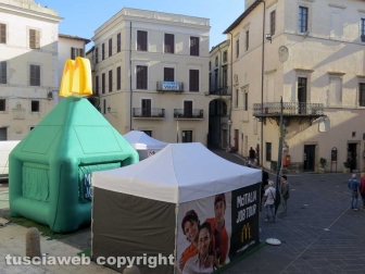 McDonald's a Orte, colloqui in piazza