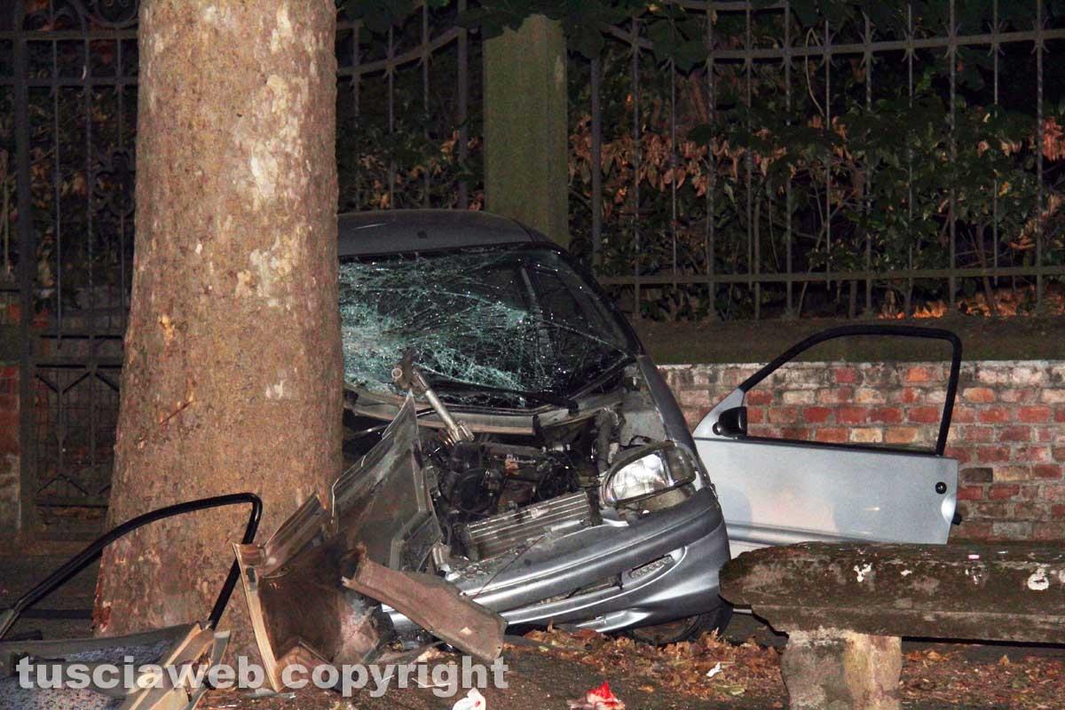 Viterbo - Minicar contro un albero