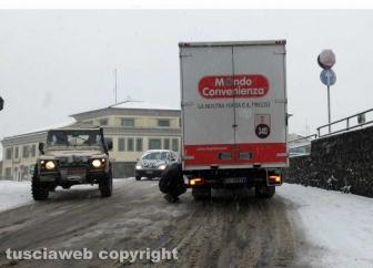 Maltempo - La neve a Montefiascone - Un camion in difficoltà