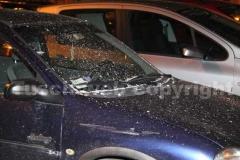 Le auto coperte di carta incenerita