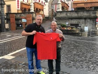Silvio-Cappelli-consegna-la-maglietta-a-Angelo-Taddei