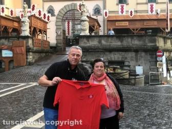Silvio-Cappelli-consegna-la-maglietta-a-Anna-Taddei