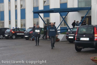 Viterbo - Omicidio in via San Luca - Carabinieri e polizia - Michael Aaron Pang viene portato in caserma