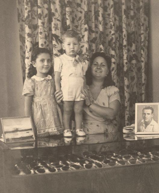 Viterbo - Ottica Burla - Nonna e zia di Massimo Burla, Eliana e Nadia con Mauro Burla, 1953