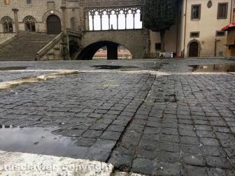 Piazza San Lorenzo, deformata la pavimentazione