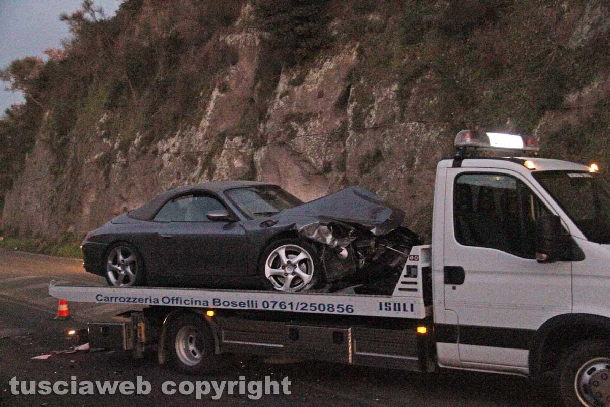 Porsche contro un palo