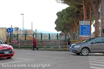 Viterbo - Le transenne al semaforo di Porta Romana