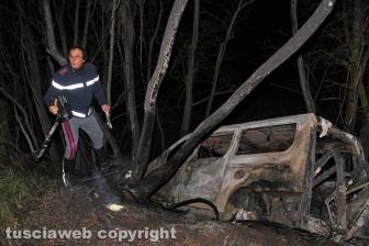 Pulmino in fiamme, madre e figlio carbonizzati