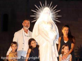La famiglia Ascenzi con la statua di santa Rosa