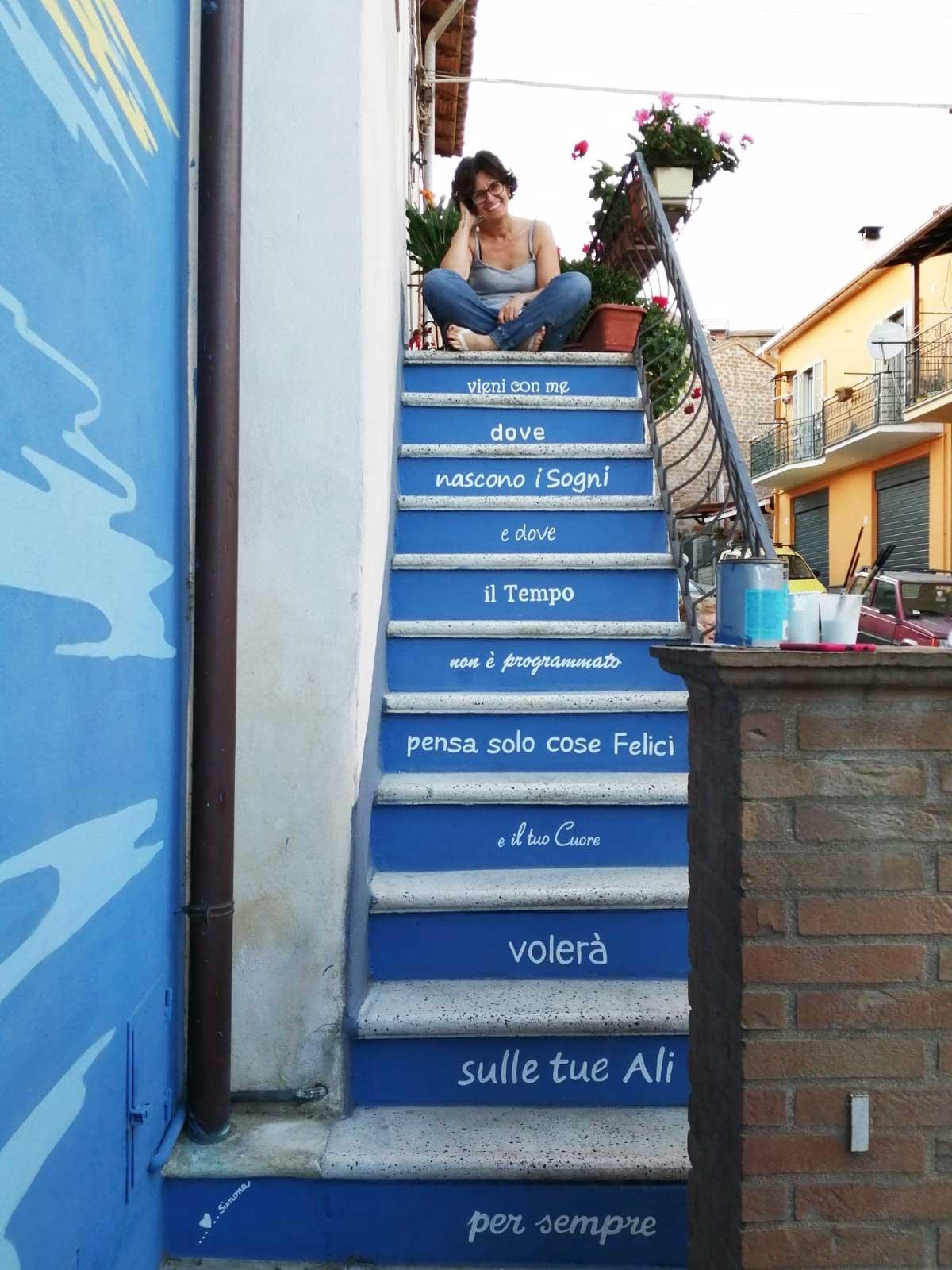 Sant'Angelo di Roccalvecce - Simona-Selvetti e il murales Vieni con me dove nascono i sogni