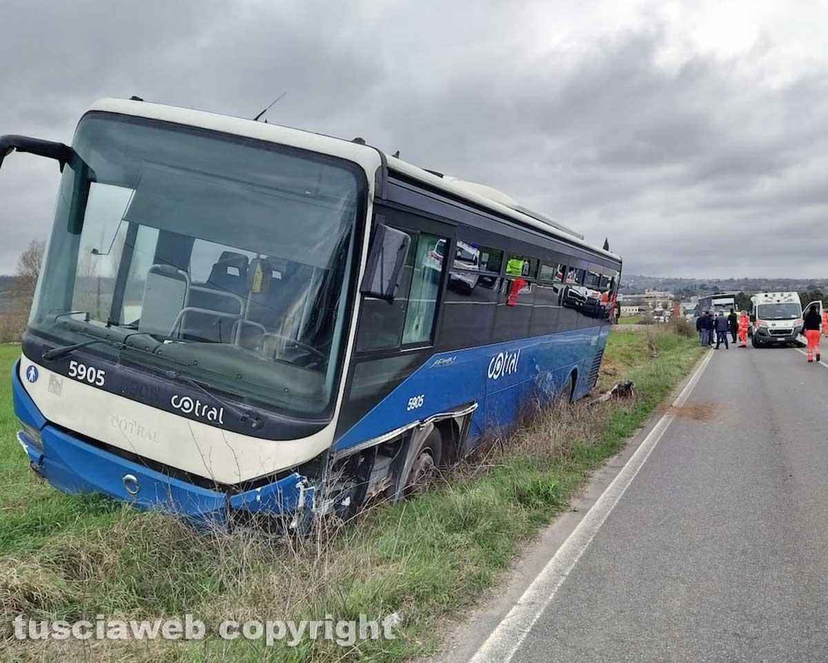 Viterbo - Scontro auto - bus