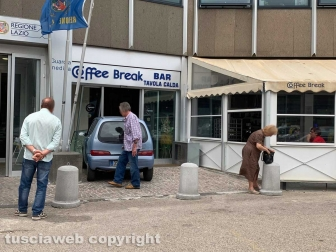 Viterbo - Sfonda con la macchina la vetrina del bar alla cittadella