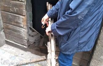 Viterbo - Via della Casaccia - Sfondano la porta e si introducono dentro una cantina