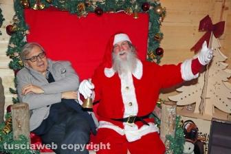 Sutri - Caffeina Christmas Village - Vittorio Sgarbi con Babbo Natale