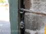 Straziate le porte monumentali