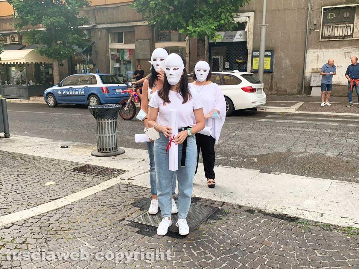 Viterbo - Il flash mob sullo stupro nel pub di CasaPound organizzato dall'associazione Kyanos