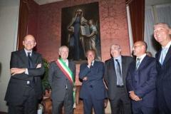 Enrico Letta e Pietro Grasso con i facchini