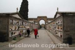 Curiosi e fedeli al cimitero di Tuscania
