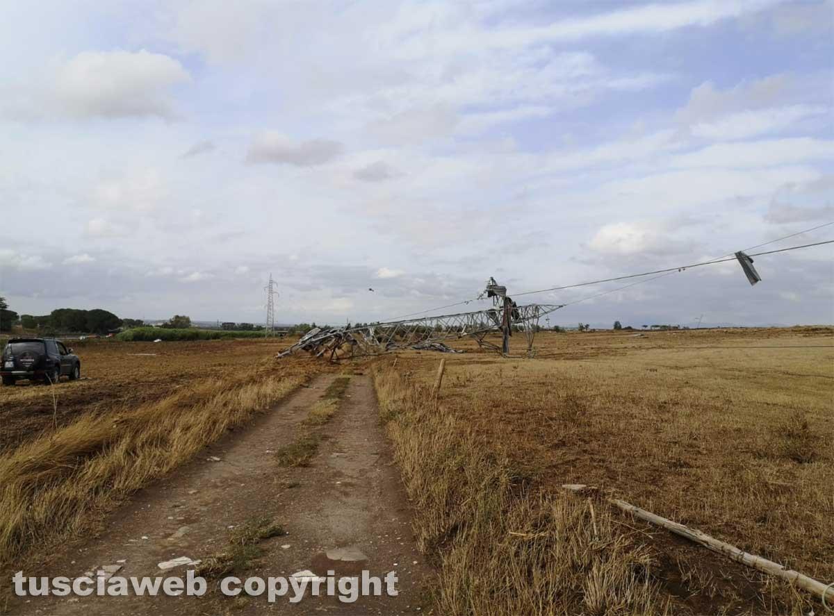 Maltempo - Tromba d'aria nella zona nord di Viterbo - Traliccio abbattuto