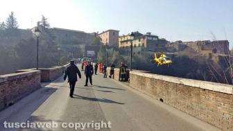 Civita Castellana - Uomo giù da ponte Clementino
